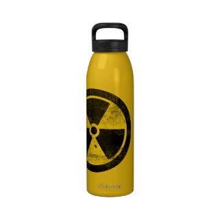 Símbolo de la radiación bebida en su propia agua botella de beber