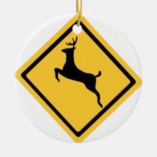 Símbolo de la travesía de los ciervos adorno navideño redondo de cerámica