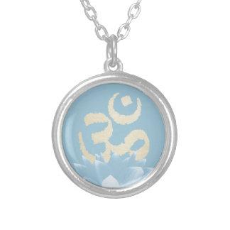 Símbolo de OM del oro de la yoga y flor de Lotus Colgante Redondo