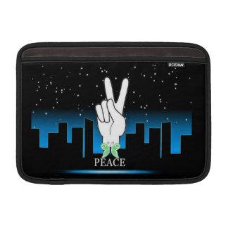 Símbolo de paz con un fondo de la ciudad fundas macbook air