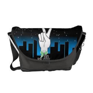 Símbolo de paz de la mano con un fondo de la ciuda bolsa messenger