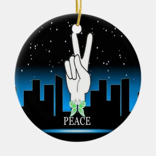 Símbolo de paz de la mano con un fondo de la ciuda ornamento para arbol de navidad