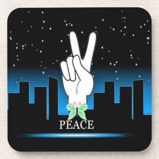 Símbolo de paz de la mano con un fondo de la ciuda posavasos de bebidas
