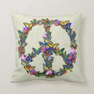 Símbolo de paz de la mariposa cojines