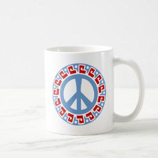 Símbolo de paz del hippy 60s con la frontera taza básica blanca