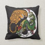 símbolo de yang del yin del dragón y del tigre cojin