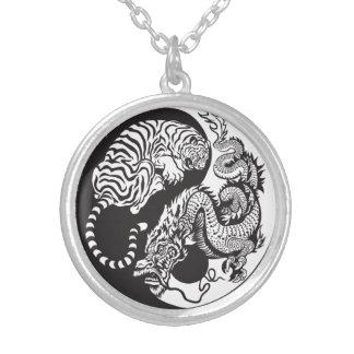 símbolo de yang del yin del dragón y del tigre colgante redondo