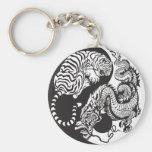 símbolo de yang del yin del dragón y del tigre llavero