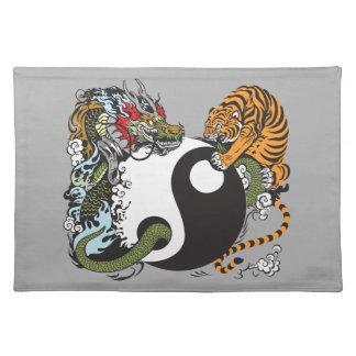 símbolo de yang del yin del dragón y del tigre mantel individual