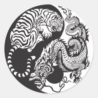 símbolo de yang del yin del dragón y del tigre pegatina redonda