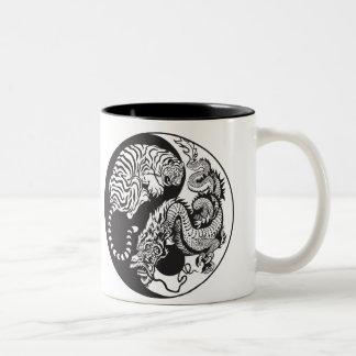símbolo de yang del yin del dragón y del tigre taza de dos tonos