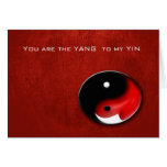 Símbolo de Yin Yang con la tarjeta oída roja de la