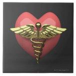 Símbolo del corazón con el símbolo médico (caduceo teja  ceramica