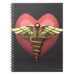 Símbolo del corazón con el símbolo médico (caduceo libros de apuntes con espiral