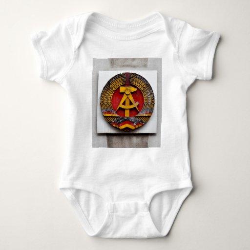 Símbolo del martillo y de la hoz del comunista body para bebé