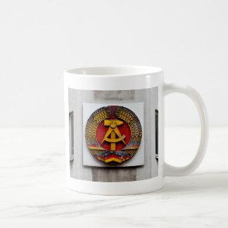Símbolo del martillo y de la hoz del comunista taza básica blanca