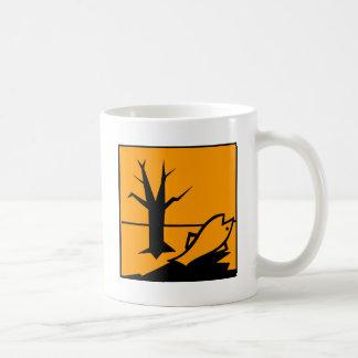 Símbolo del peligro para el medio ambiente taza de café