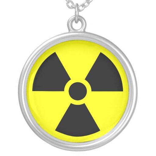Símbolo del trébol de la radiación collar plateado