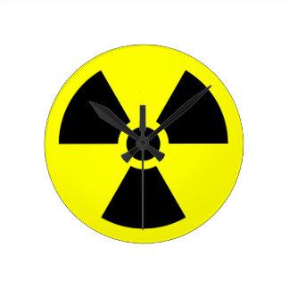 Símbolo del trébol de la radiación reloj redondo mediano