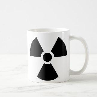 Símbolo del trébol de la radiación taza clásica