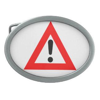 Símbolo del triángulo de la atención hebillas cinturon ovales