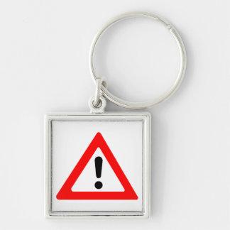 Símbolo del triángulo de la atención llavero cuadrado plateado