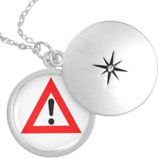 Símbolo del triángulo de la atención medallón