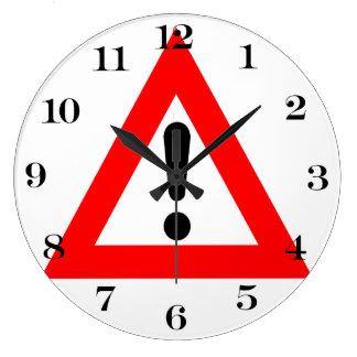 Símbolo del triángulo de la atención reloj de pared