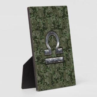 Símbolo del zodiaco del libra en el camuflaje placas para mostrar