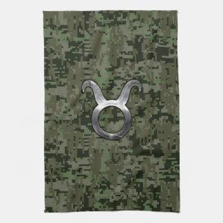 Símbolo del zodiaco del tauro en el camuflaje toallas