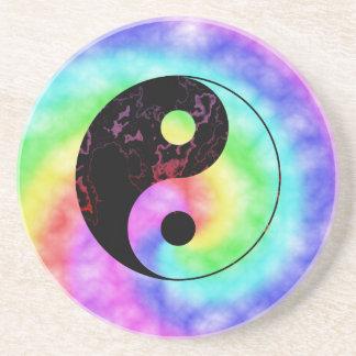 Símbolo descolorado de Yin Yang del arco iris Posavaso Para Bebida