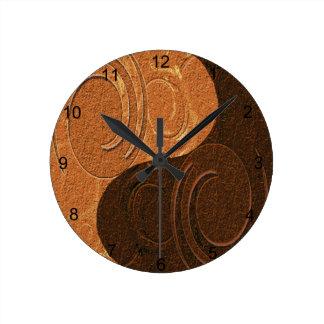 Símbolo entonado dos de Yin Yang del moreno Reloj Redondo Mediano