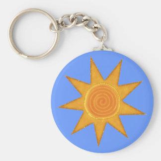 Símbolo espiral amarillo de Sun de nueve rayos Llavero Redondo Tipo Pin