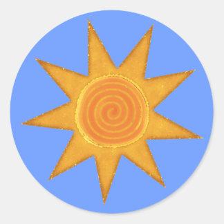 Símbolo espiral amarillo de Sun de nueve rayos Pegatina Redonda