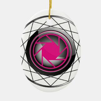 Símbolo estilizado de la fotografía en rosa y adorno ovalado de cerámica