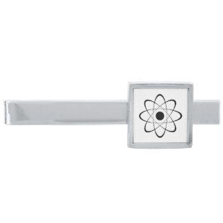 Símbolo estilizado del átomo alfiler de corbata plateado