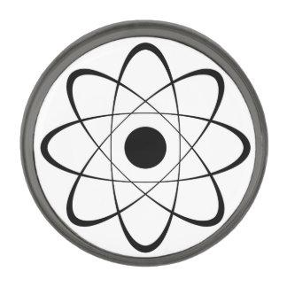Símbolo estilizado del átomo insignia metalizada