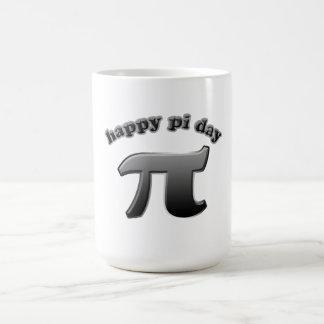 Símbolo feliz del día pi del pi para los empollone taza básica blanca