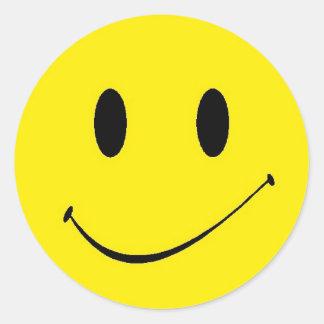 Símbolo feliz sonriente de la cara del amarillo pegatina redonda