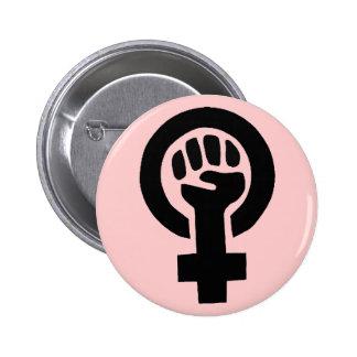 Símbolo feminista con el fondo rosado pin redondo de 2 pulgadas