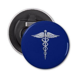 Símbolo médico del caduceo de plata del cromo en abrebotellas redondo