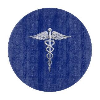 Símbolo médico del caduceo del estilo del cromo en tablas de cortar