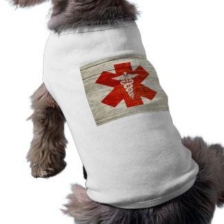 Símbolo médico del caduceo rojo playera sin mangas para perro