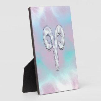 Símbolo nacarado del aries del estilo placas para mostrar