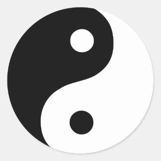 Símbolo negro y blanco de Yin Yang Pegatina Redonda