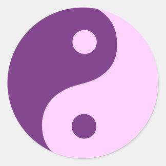Símbolo púrpura de Yin Yang Etiquetas Redondas