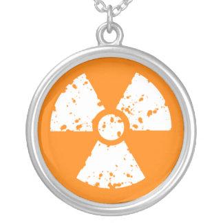 Símbolo radiactivo anaranjado collar personalizado