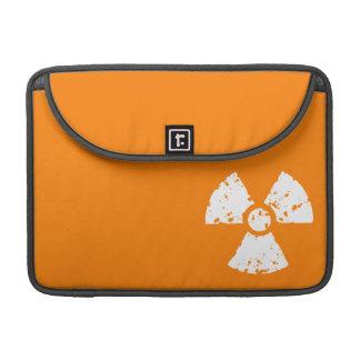 Símbolo radiactivo anaranjado fundas para macbook pro