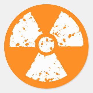 Símbolo radiactivo anaranjado etiqueta redonda