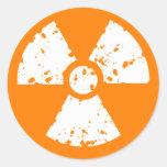 Símbolo radiactivo anaranjado pegatina redonda